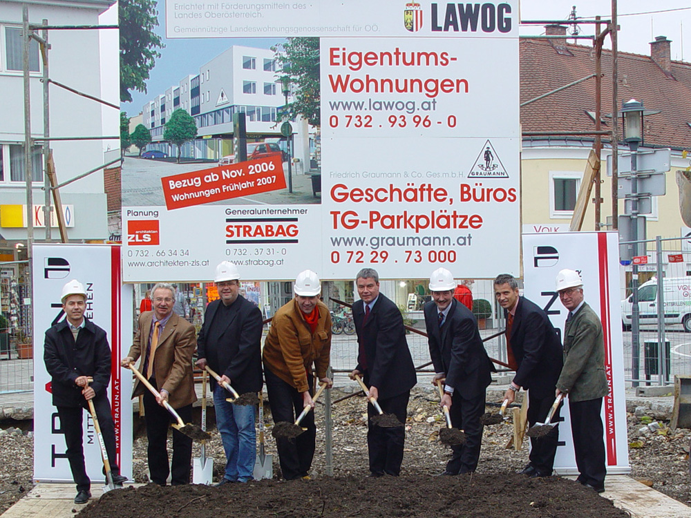 Spatenstich im November 2005 u. a. mit Ing. Rudolf Scharinger, Bürgermeister Ing. Harald Seidl, Mag. Tassilo Lang, Dir. Nikolaus Prammer, Ing. Herwig Mahr, Arch. Prof. Klaus Zellinger