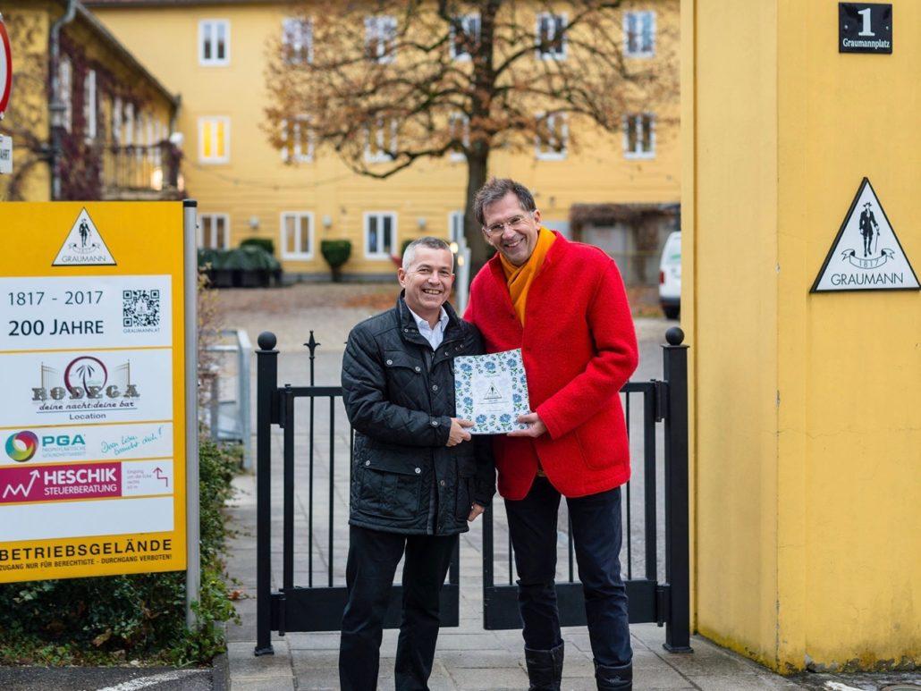 Mag. Tassilo Lang übergibt Bürgermeister Ing. Rudolf Scharinger die 200-jährige Firmenchronik. Foto © Michael Nagl