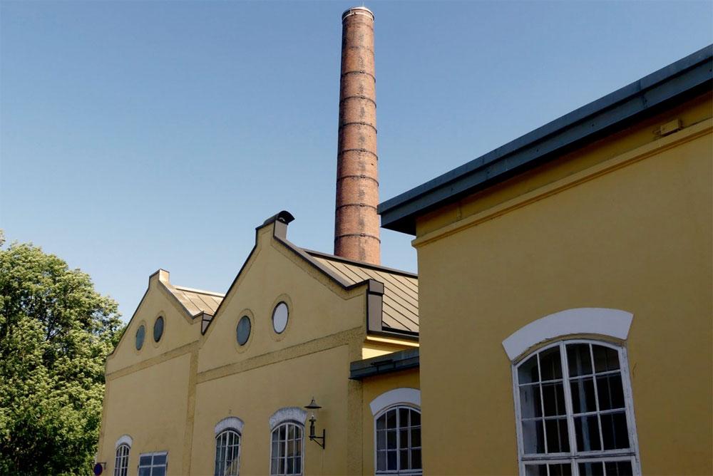 Färberei mit den beiden Kesselhäusern und dem Schornstein.