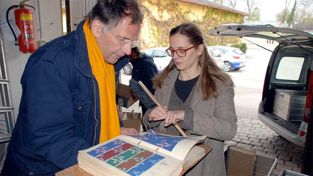 Mag. Tassilo Lang übergibt die Musterbücher der Firma Graumann an Frau Mag. Christina Leitner vom Textilen Zentrum Haslach. Foto © Günther Derx