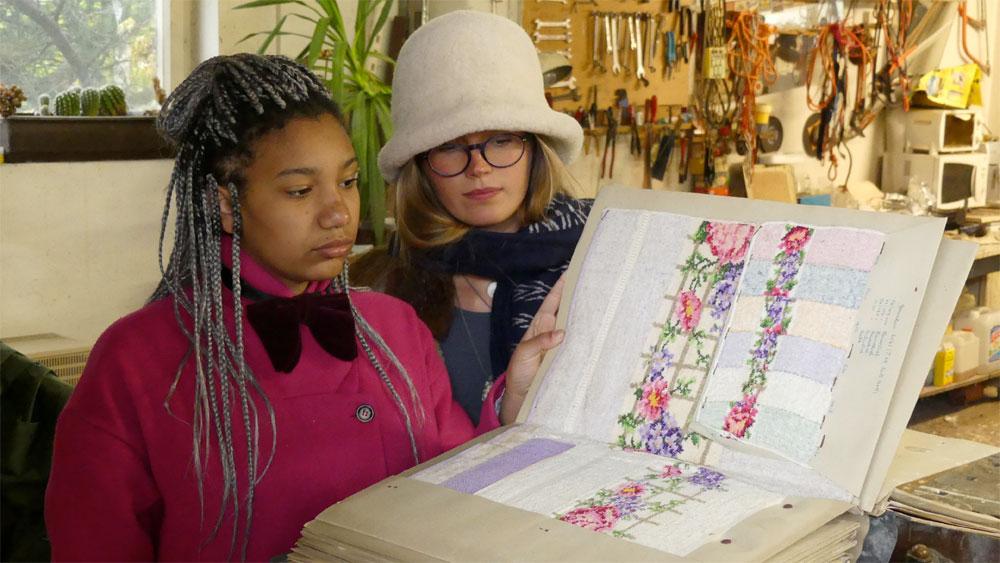 Malaikha und Gracia Lang (zwei der vier Töchter von Mag. Tassilo Lang) bei der Übergabe der Musterbücher an das Textile Zentrum Haslach. Foto © Günther Derx