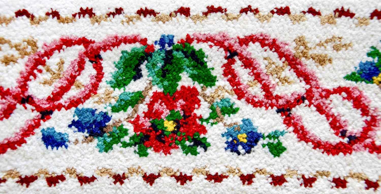 Saum eines Graumann-Handtuches in Chenille: Graumann's Kunst bestand darin, Frottee und Chenille (vor allem in den Bordüren) durch die Kombination verschiedener Techniken miteinander zu verbinden. Foto © Textiles Zentrum Haslach / Andreas Hollinek