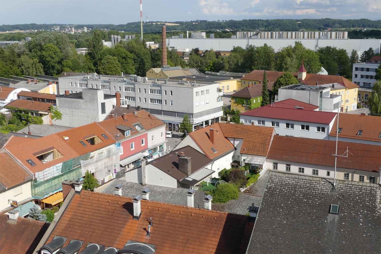 Trauner Innenstadt aufgenommen vom Kirchturm mit Graumann-Zentrum, Herrenhaus und im Hintergrund die Firma Feurstein.